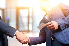 Riuscita gente di affari che stringe le mani alla riunione Fotografia Stock
