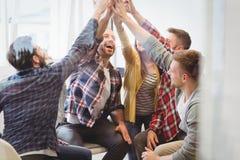 Riuscita gente di affari creativa dare alto--cinque fotografie stock