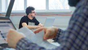 Riuscita gente di affari sul lavoro in ufficio Maschi amichevoli di medio evo che lavorano nell'ufficio Allievi che studiano nell fotografia stock