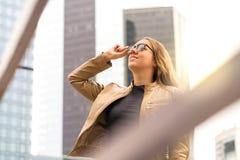 Riuscita giovane donna in grande città con le alte costruzioni Fotografia Stock Libera da Diritti