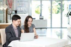 Riuscita riunione! Giovani persone di affari sedendosi alla tavola Fotografie Stock Libere da Diritti