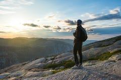 Riuscita siluetta d'escursione della donna in montagne, nella motivazione e nell'ispirazione nel tramonto fotografie stock