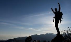 Riuscita siluetta dello scalatore Fotografia Stock