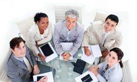 Riuscita squadra di affari che ha un 'brainstorming' Immagine Stock Libera da Diritti