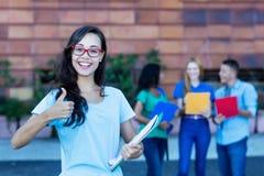 Riuscita studentessa francese nerd con il gruppo di studenti fotografia stock libera da diritti