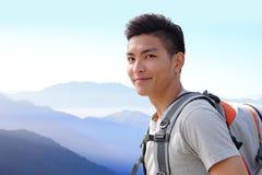 Riuscita viandante della montagna dell'uomo Fotografia Stock
