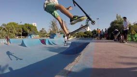 Riuscita vibrazione posteriore su un motorino di scossa in ciotola di Skatepark archivi video