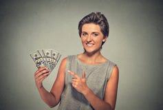 Riuscite banconote in dollari emozionanti felici dei soldi della tenuta della giovane donna Fotografie Stock Libere da Diritti