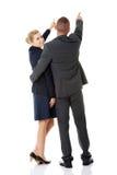 Riuscite coppie di affari che indicano via Immagini Stock