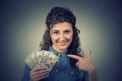 Riuscite giovani banconote in dollari emozionanti felici dei soldi della tenuta della donna di affari Fotografie Stock Libere da Diritti