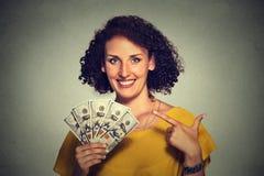 Riuscite giovani banconote in dollari emozionanti felici dei soldi della tenuta della donna di affari a disposizione Fotografia Stock Libera da Diritti