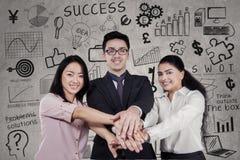 Riuscite persone di affari che uniscono le mani Fotografia Stock Libera da Diritti