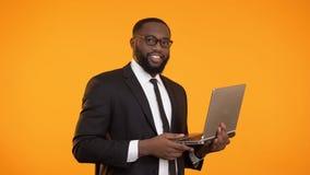 Riusciti computer portatile della tenuta dell'uomo d'affari e pollice in su afroamericani di mostra archivi video