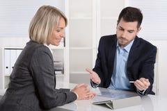 Riusciti gruppo di affari o costume e cliente in una riunione fotografia stock libera da diritti