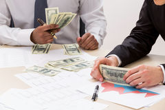 Riusciti soldi di conteggio dei tipi Immagini Stock Libere da Diritti