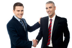 Riusciti uomini d'affari che stringono le mani fotografie stock