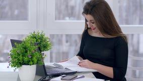 Riuscito affare, donna che lavorano con il computer portatile e taccuino delle foglie in ufficio