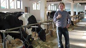 Riuscito agricoltore Giving un pollice su Immagine Stock