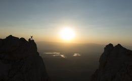 Riuscito alpinismo negli alti e posti insoliti Fotografie Stock Libere da Diritti