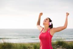 Riuscito atleta femminile che celebra gli scopi di forma fisica Fotografie Stock