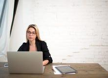Riuscito avvocato femminile che usando NET-libro portatile Economista che per mezzo del taccuino moderno Immagini Stock Libere da Diritti