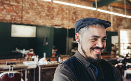 Riuscito barbiere maschio con il cappuccio Fotografia Stock