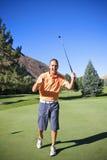 Riuscito giocatore di golf che fa Putt Fotografie Stock Libere da Diritti