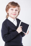 Riuscito giovane con sorridere della lavagna per appunti immagini stock libere da diritti