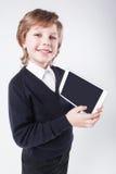 Riuscito giovane con sorridere della lavagna per appunti immagine stock