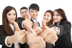Riuscito gruppo felice di affari con i pollici su Fotografia Stock
