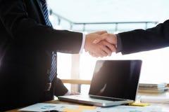 Riuscito handshake degli uomini d'affari dopo il buon affare Fotografie Stock