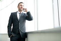 Riuscito imprenditore maschio che parla sul telefono immagini stock