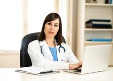 Riuscito medico femminile che lavora nell'ufficio dell'ospedale della clinica che sorride e che posa per la macchina fotografica immagine stock libera da diritti