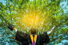 Riuscito studente di laurea con il fondo della natura immagine stock libera da diritti