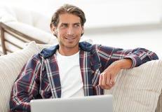 Riuscito tipo che lavora al computer portatile e che esamina macchina fotografica Vista da sopra Fotografie Stock Libere da Diritti