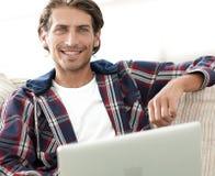 Riuscito tipo che lavora al computer portatile e che esamina macchina fotografica Vista da sopra Immagini Stock Libere da Diritti