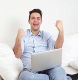Riuscito tipo ispanico con il taccuino su un sofà Immagini Stock Libere da Diritti