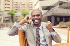 Riuscito uomo che parla sul telefono cellulare che riceve buone notizie Fotografia Stock Libera da Diritti