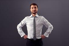 Uomo d'affari che esamina macchina fotografica Fotografie Stock Libere da Diritti