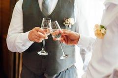 Riuscito uomo d'affari due che tosta Champagne fotografia stock