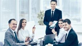 Riuscito uomo d'affari e la sua riunione del gruppo di affari in o moderna fotografia stock