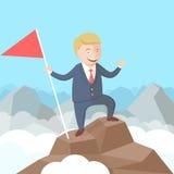 Riuscito uomo d'affari felice con la bandiera in sua mano sul picco della montagna Fotografia Stock Libera da Diritti