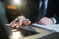 Riuscito uomo d'affari Using Laptop mentre lavorando fotografie stock