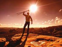 Riuscito uomo della viandante sul picco Una viandante del giovane fotografia stock
