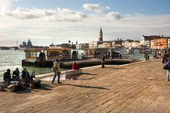 Riva Ca与游人的di戴奥的堤防 免版税库存照片