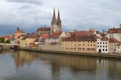 Riva del fiume della città bavarese storica Regensburg, Germania Immagini Stock