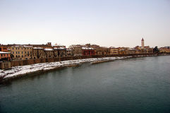 Riva del fiume della città di Verona, Italia fotografie stock libere da diritti