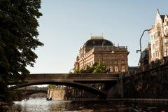 Riva del fiume della Moldava ed e teatro nazionale Praga, Ceco Republi Immagine Stock