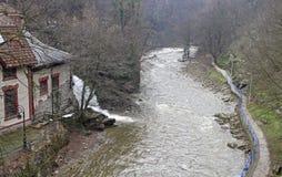 Riva del fiume del fiume Detinje della montagna in Uzice Fotografia Stock