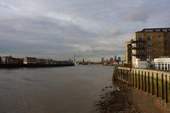 Riva del fiume di Canary Wharf, Londra Fotografie Stock